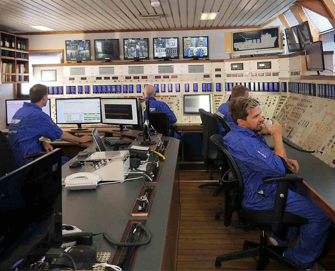 Well stimulation vessel control room